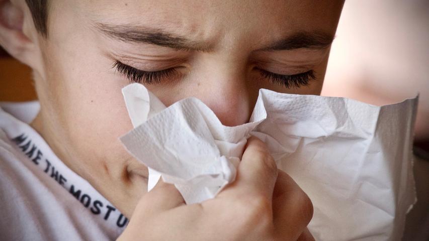 Bei manchen Menschen kann sich eine Covid-19-Erkrankung auch mit den klassischen Schnupfensymptomen äußern: Schnupfen, Niesen, trockener Hals und eine verstopfte Nase zählen dazu.