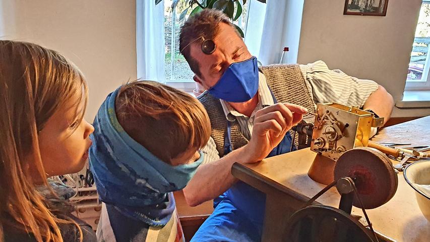 An diesem Tag ist der Uhrmacher da und erklärt die Kunst, ein 200 Jahre altes Uhrwerk zu reparieren.