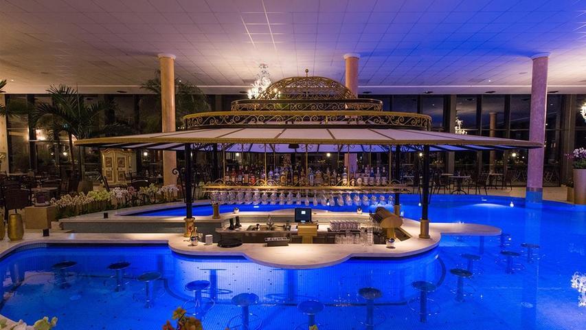 Der Saunabereich der Therme Trimini in Kochel mit Poolbar.