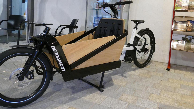 Sieht ein bisschen schwerfällig aus, fährt sich aber erstaunlich geschmeidig: das Lastenrad, das die Stadt Weißenburg angeschafft hat und das sie nun kostenfrei an die Bürger verleiht.