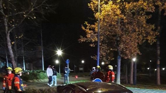Viel zu schnell in Wohngebiet: Mercedes rauscht gegen Ampel in Schwanstetten