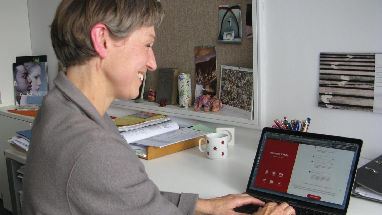 Simone Steiner macht auf ein zusätzliches Angebot aufmerksam: die Onlineberatung.