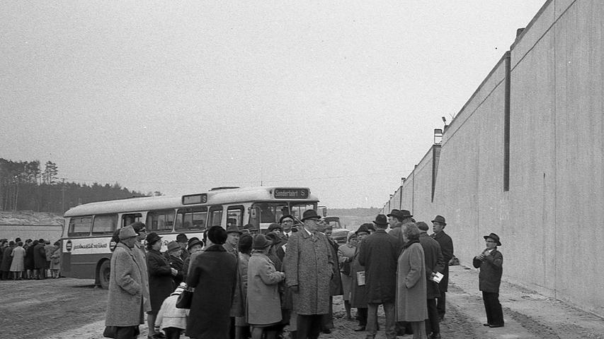Bei der Hafenrundfahrt fuhren die Busse bis auf den Grund des Hafenbeckens. Die Teilnehmer erhielten so einen Eindruck von den Ausmaßen der Anlage und von der Höhe der Kaimauer.Hier geht es zum Artikel vom 9. November 1970:Rathaus zog die meisten Besucher an.