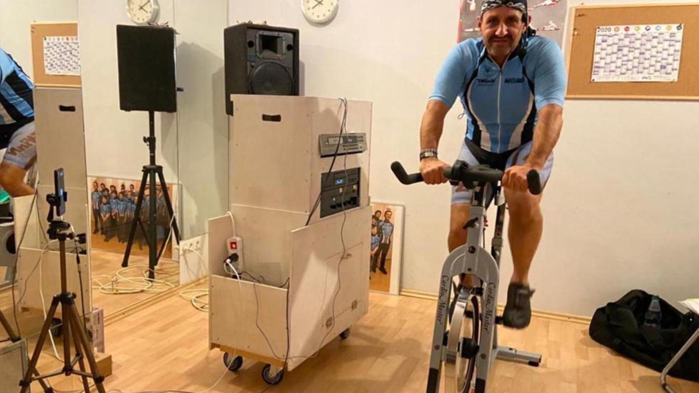 Rad-Routinier Manfred Büttner bringt für den SV Postbauer Jung und Alt auf dem Spinning-Gerät ins Schwitzen – und das in sicherem Abstand per Video-Schalte.