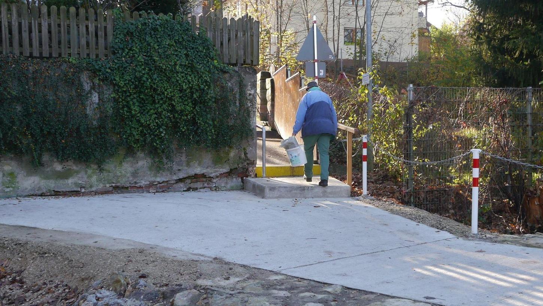 """Zumindest eine Verbesserung auch für Fußgänger bringt die neue Lösung am """"Einflusssteg"""" über die Schwabach: Die untere Stufe der neuen Treppe wurde zu einem Podest vergrößert."""