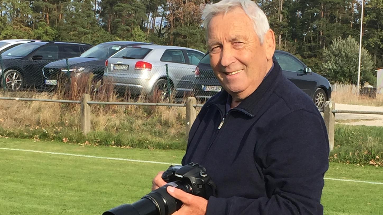 """So kannten ihn die Fans auf den Fußballplätzen des Landkreises: Doch nun hat Rudolf """"Randy"""" Maxbauer die Kamera zur Seite gelegt und seinem Sohn vermacht."""