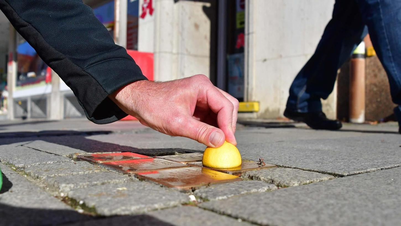 In den Tagen vor dem 9. November haben in Neumarkt Helfer der Initiative Stolpersteine die verlegten Exemplare aufpoliert, damit sie von den Passanten wieder besser gesehen werden.