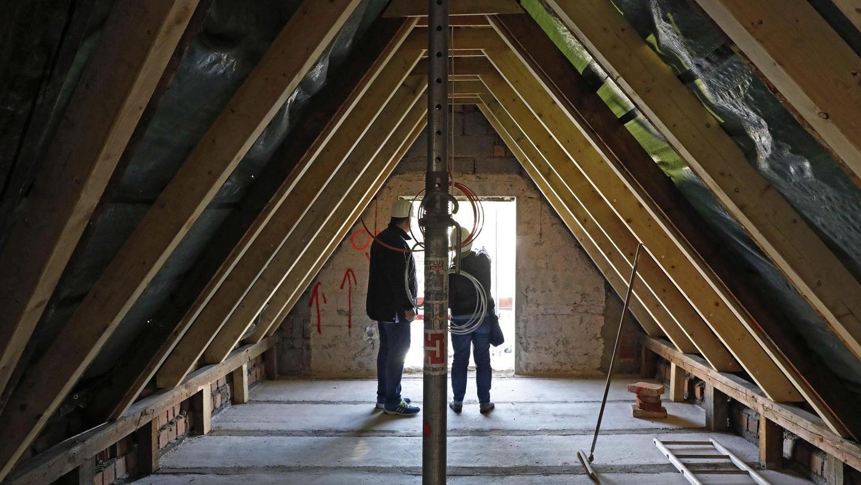 Neue Wohnungen entstehen auf den Etagen bis hoch unter das spitze Dach. Noch schaut es im Inneren der Forchheimer Hornschuchallee 31 wenig gemütlich aus, doch das soll sich bis zum Jahreswechsel noch ändern.