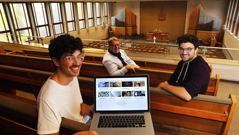 Raphael Mayer (links) und sein Bruder Maximilian Mayer (rechts) haben mit anderen jungen Gläubigen aus ihrerneuapostolischen Gemeinde die Web-App