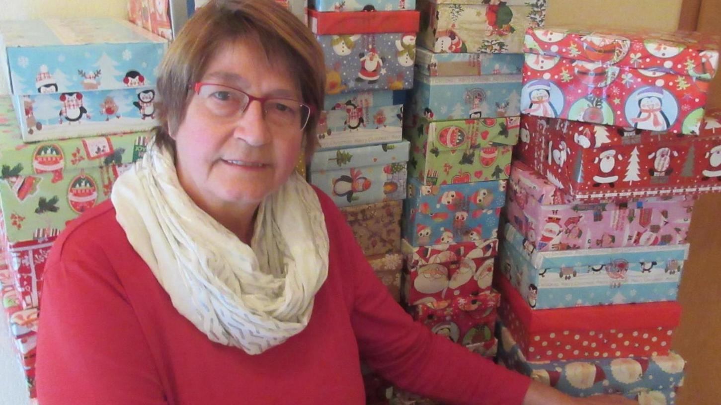 """Schon rund 30 Schuhkartons sind gepackt. Die hiesige Organisatorin von """"Weihnachten im Schuhkarton"""", Renate Herrmann, freut sich auf viele weitere Päckchen."""