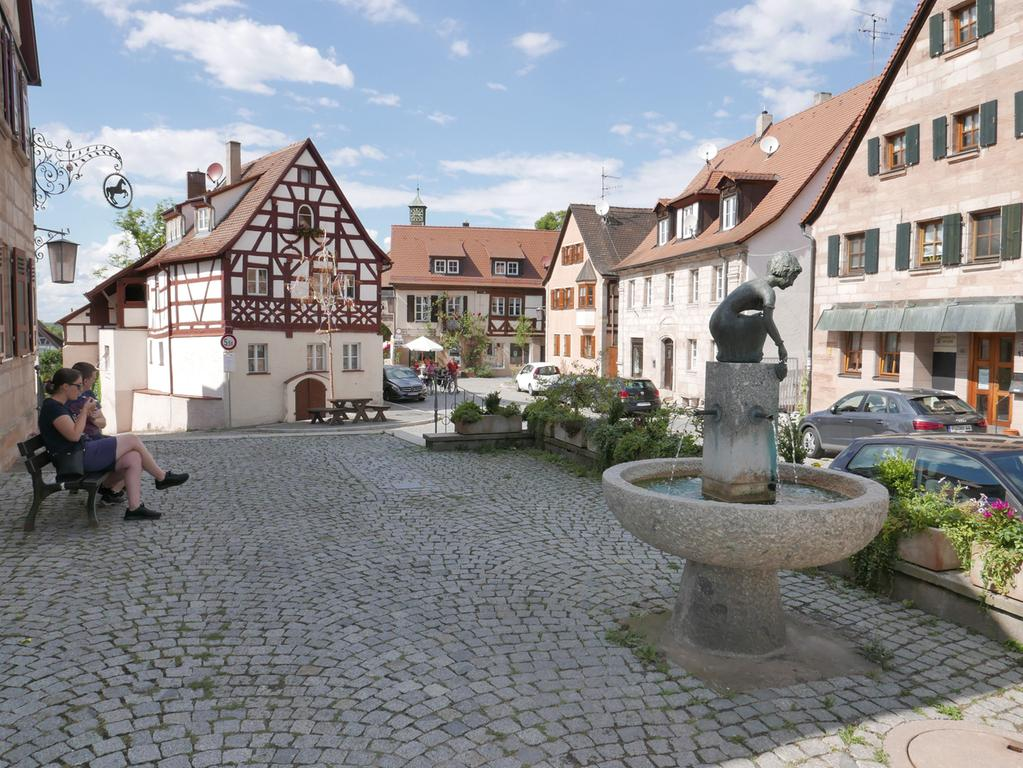 Der Cadolzburger Marktplatz mit Brunnen und dem Blick Richtung Burg.