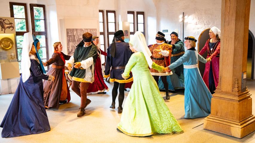 """Die Nürnberger Schembart Gesellschaft zeigte auf der Cadolzburg historische Tänze zum Mitmachen, unterstützt von den Musikern von """"Wild Violet"""" aus Landau an der Isar."""
