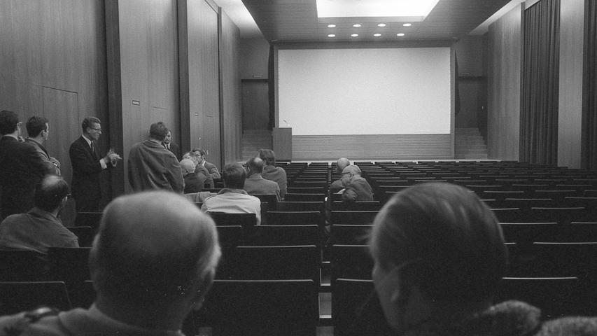 Nürnbergs Germanisches Nationalmuseum gehört mit zu den modernsten in der Bundesrepublik. Dies festzustellen hatte Museumsleiter Dr. Arno Schöngruber gestern aktuellen Anlaß: der mit einem Kostenaufwand von einer halben Million DM geschaffene Vortragssaal konnte seiner Bestimmung übergeben werden. Hier geht es zum Artikel vom 10. November 1970: Nach zwei Jahren Bauzeit.