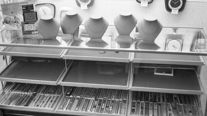 Bei einem Einbruch in ein Juweliergeschäft an der Landgrabenstraße erbeuteten bisher unbekannte Täter Schmuck im Wert von rund 135.000 DM. Für die Wiederbeschaffung des Schmuckes hat inzwischen der Juwelier eine Belohnung von 5.000 DM ausgesetzt.Hier geht es zum Artikel vom11. November 1970: Ein Coup wie in Hollywood