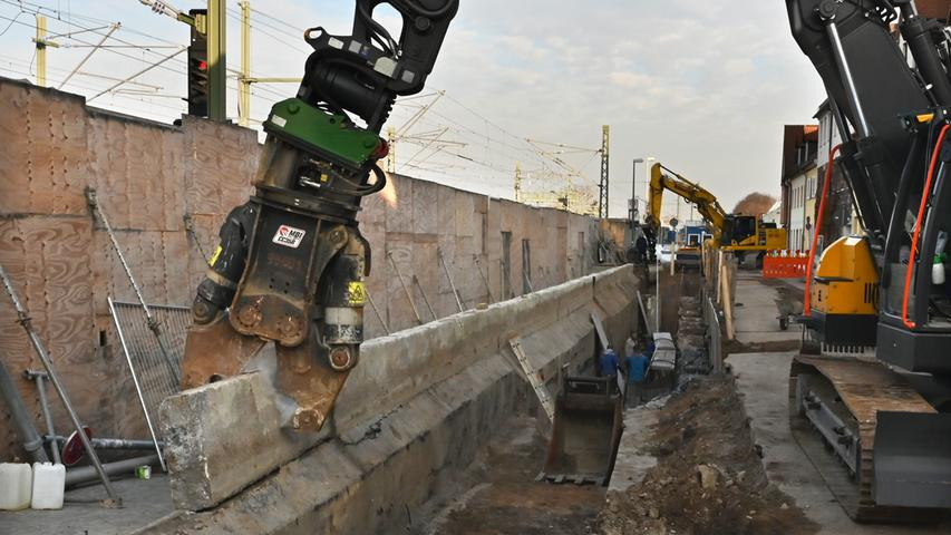Am Gerbereitunnel wird wieder gearbeitet. Seit Montag wird die alte Stützmauer von einer Spezialfirma abgebrochen..Foto: Klaus-Dieter Schreiter