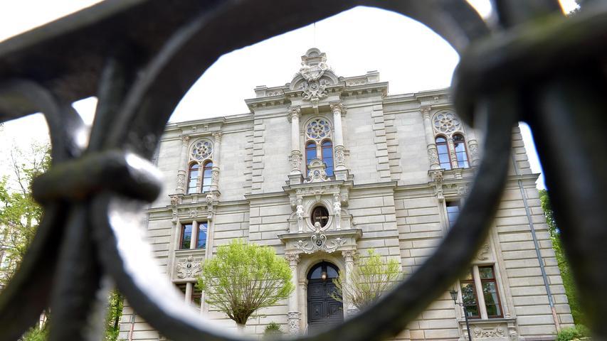 Das prächtige Logenhaus in der Dambacher Straße wurde 1890/91 im Stil des Historismus erbaut und ist Sitz der Freimaurerloge zur Wahrheit und Freundschaft.