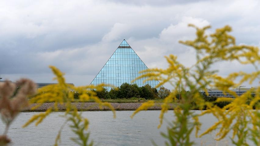 Die markante Hotel-Pyramide im äußersten Südosten von Fürth am Main-Donau-Kanal gelegen, wurde 1994 eröffnet. Längst gilt das mit Spiegelglas verkleidete Bauwerk als modernes Wahrzeichen der Südstadt, wenn nicht von Fürth.