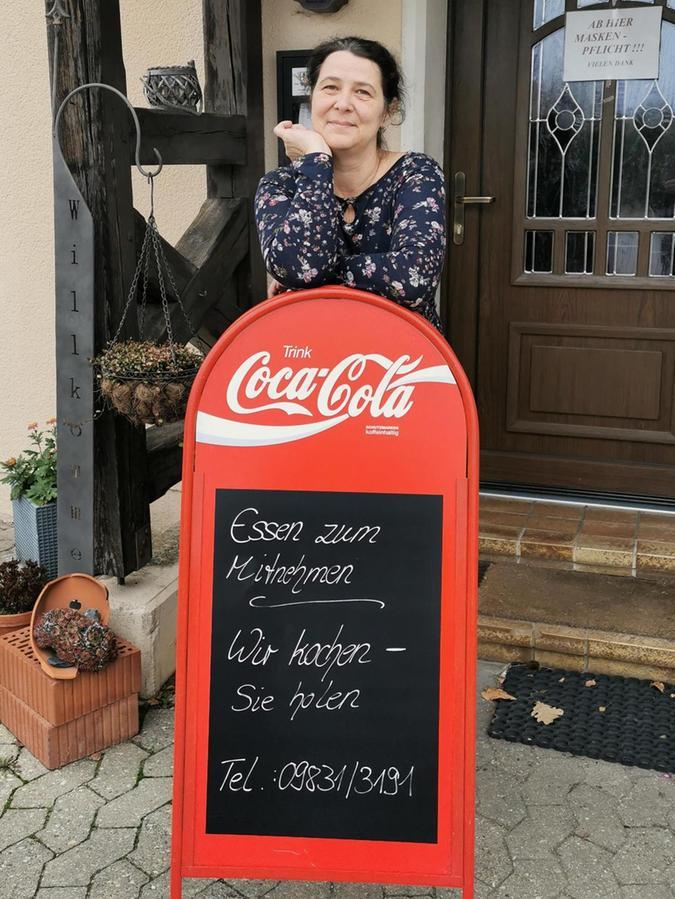"""""""Wir kochen – Sie holen"""" hat Sandra Hetzner auf ein Schild vor ihrer Wirtschaft geschrieben. Die 46-Jährige betreibt den """"Schwarzen Adler"""" in vierter Generation."""