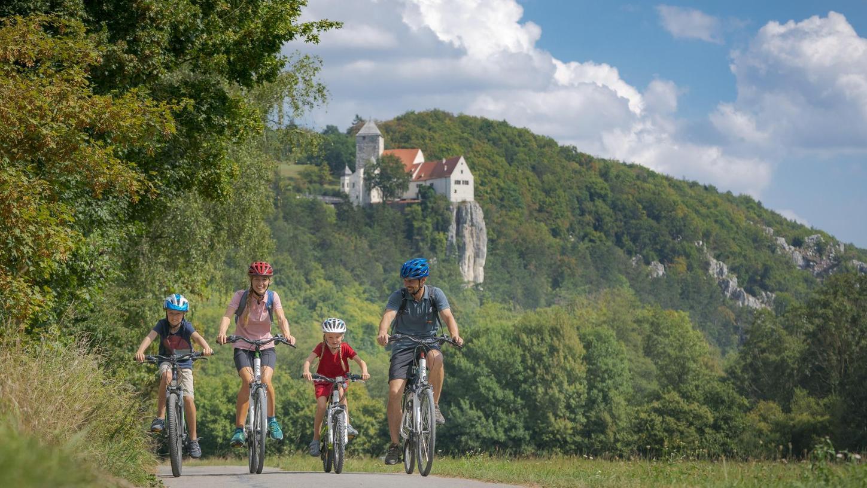 Radfahren ist bei Touristen sehr beliebt und eine der Lieblingsbeschäftigungen im Naturpark Altmühltal und im Fränkischen Seenland. Aber auch die einheimische Bevölkerung setzt immer mehr auf das Fahrrad. Dem will der Landkreis nun Rechnung tragen.
