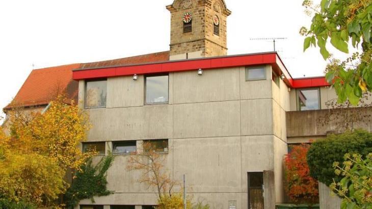 """Das Nikolaus-Selnecker-Haus im """"Schatten"""" der Hersbrucker Stadtkirche wird zweimal die Woche das neue Zuhause eines offenen Jugendtreffs."""
