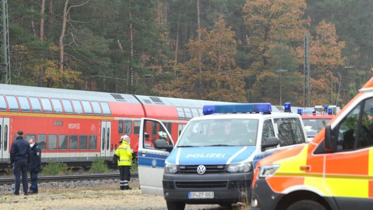 Die Einsatzkräfte eilten zum Bahnhof in Ochenbruck. Im Hintergrund steht der Unglückszug. Die Strecke ist bis auf Weiteres gesperrt.