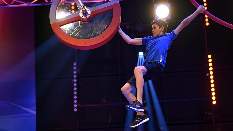 Ganz schön kraftraubend sieht dieses Hindernis aus, der zwölfjährige Hannes Kugler ist aber gut vorbereitet in die Ninja-Prüfung gegangen.