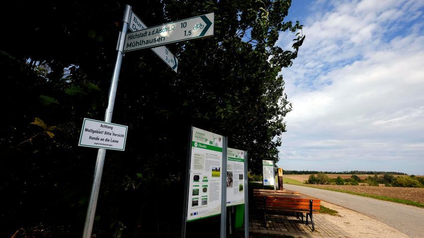 Mehrere Stationen auf einer Anhöhe: Hier erkennt man in der Ferne eine Ölmühle, Biomasseanbau und Windräder.