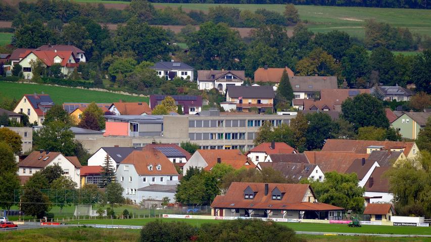 Auf der Schule in Mühlhausen sind PV-Module montiert.