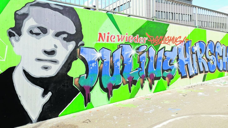 """Das Fanprojekt-Graffito: """"Nie wieder Faschismus"""" steht über dem Namen des Fürther Meisterspielers Julius Hirsch in der Nähe der nach ihm benannten Halle."""