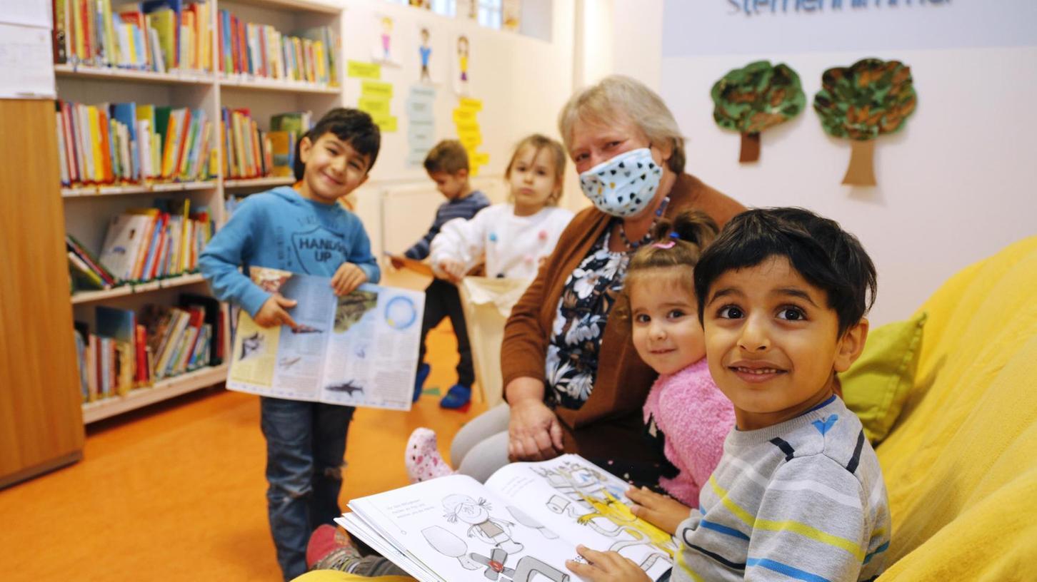 In der Leseecke des Kindergartens Sternenhimmel ist immer etwas los. Dabei können die Kinder nicht nur in der Bibliothek stöbern, sondern regelmäßig auch Bücher mit nach Hause nehmen, um sie sich dort anzuschauen oder sich vorlesen zu lassen.