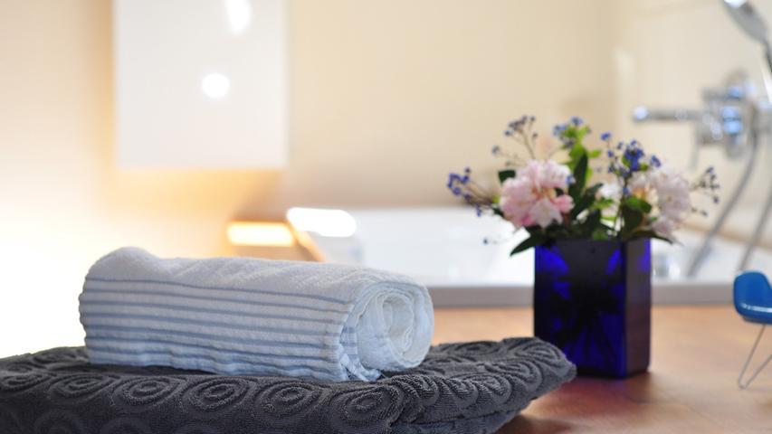 SPA in der eigenen Badewanne: Licht aus – Kerzen an. Ein heißes Bad ist die perfekte Gelegenheit, Zeit für sich nehmen, um sich wohlzufühlen. Dabei ruhige Musik oder ein gutes Buch, wahlweise ein Ölbad für zusätzliche Entspannung oder vielleicht eine Badekugel mit Glitzer und Duft.