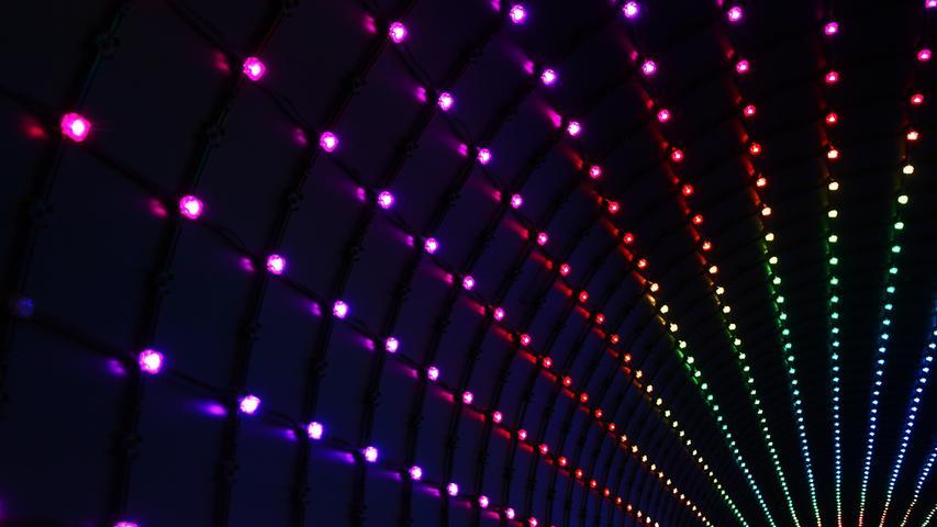 Nicht nur zur optischen Verschönerung des Hauses, sondern auch um Licht effektiver einzusetzen, können an solchen Tagen mit LED-Bändern sehr schnell und leicht, wahre Wunder bewirkt werden. LEDs sind nicht nur stromsparsam, sondern können auch durch ihre kleine Größe sehr gut hinter versteckten Kanten angebracht werden. Ein wenig