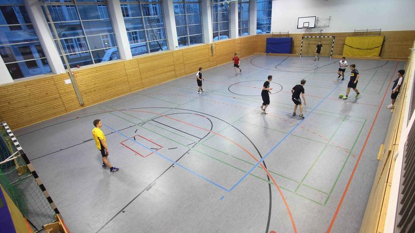 Auch für Schulen gilt eine Ausnahme: So könnten Lehrer denSportunterricht in der Schule weiterhinin der Halle unter Einhaltung der Corona-Regeln abhalten.