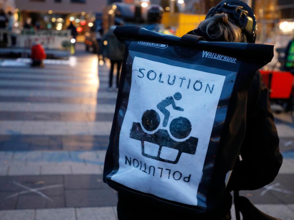 Nürnberg , am  13.11.2020 Ressort: Lokales Foto: Stefan Hippel  Kornmarkt und Frankenschnellweg, Fridays for Future Raddemo, Demo gegen den Ausbau von Autobahnen