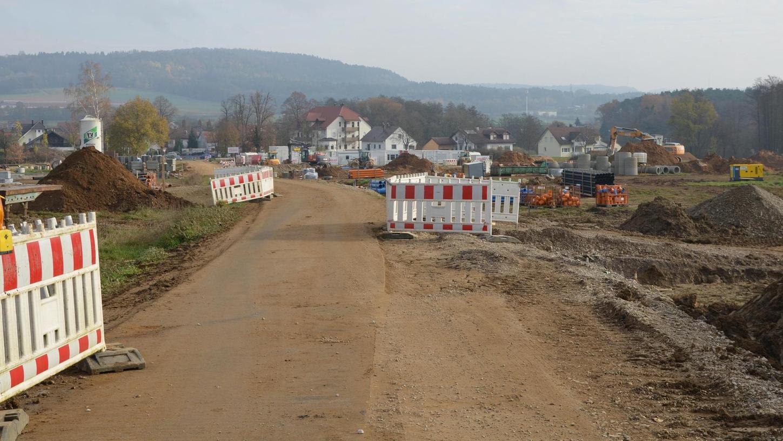 """Nicht mehr ganz im Zeitplan, trotz allem aber doch schon sehr weit fortgeschritten: Im neuen Baugebiet """"Richtheim-Strassfeld"""" laufen die Erschließungsarbeiten. Mit der Neubebauung dort kann aber erst im Frühjahr 2021 begonnen werden."""