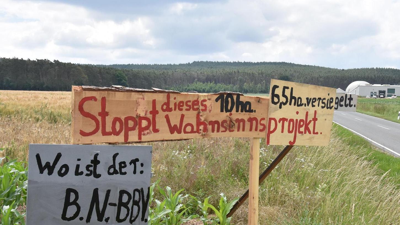"""""""Stoppt dieses Zehn-Hektar-Wahnsinnsprojekt"""": Die Gegner der riesigen Gewächshäuser machen ihrem Zorn auch mit Tafeln in Keidenzell Luft."""