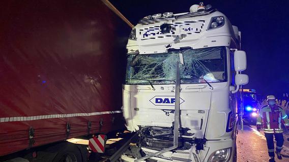 Tödlicher Unfall am Stauenende: Autofahrer unter Lastwagen eingeklemmt