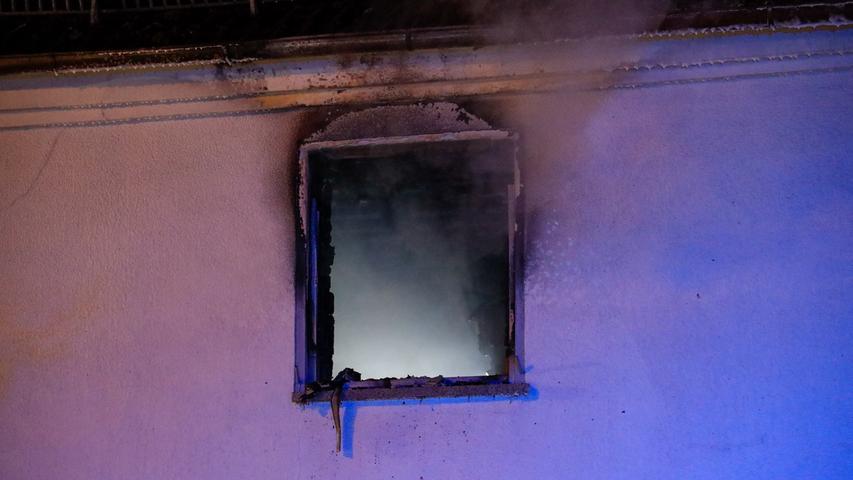 Erlanger Feuerwehr im Großeinsatz bei Brand in Dechsendorf - Bewohner konnten sich gerade noch retten - Haus vorläufig unbewohnbar  Der Vollbrand einer Küche in einem Wohn- und Geschäftshaus in Dechsendorf hat am späten Freitagabend einen Großeinsatz der Feuerwehr und Rettungskräfte ausgelöst. Um kurz nach halb elf erreichte der Notruf die Einsatzzentrale, dass in der Naturbadstraße eine Küche brenne. (...) Meterhoch loderten die Flammen aus dem Fenster der brennenden Küche. Dichter Qualm umhüllte das Gebäude. Bewohner und Nachbarn liefen aufgeregt auf der Straße umher, und es war zunächst unklar, ob sich noch Personen im Gebäude befanden. (...)