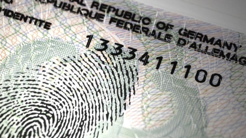 Personalausweise, die neu beantragt werden, müssen ab dem 2. August über einen Chip mit zwei Fingerabdrücken verfügen. Bisher war die Abgabe der Fingerabdrücke freiwillig. Die Pflicht zur Abgabe soll das Dokument nun fälschungssicherer machen.