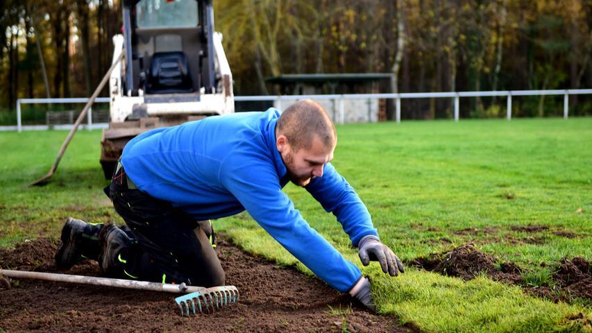 Ein Lebenszeichen auf dem Gelände des SV Weiherhof. Hier nutzt Platzwart Mark Sperk die Zeit, um den Rasen im Fünfmeterraum auszubessern.