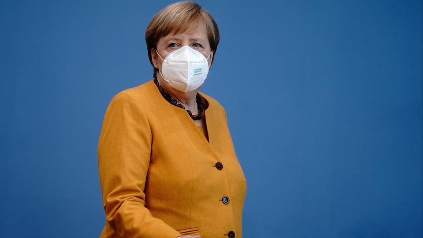 ARCHIV - 02.11.2020, Berlin: Bundeskanzlerin Angela Merkel (CDU) steht mit einer Maske in der Bundespressekonferenz. Die Kanzlerin informierte an dem Tag die Medienvertreter über die Ergebnisse des Corona-Kabinetts zu den Corona-Maßnahmen und der aktuellen Lage des Infektionsgeschehens. Kanzlerin Merkel will nach zwei Wochen Teil-Lockdown mit den Ministerpräsidenten am 16.11.2020 eine Zwischenbilanz ziehen. (Zu dpa «Corona-Beratungen: Weitreichende Entscheidungen noch nicht am Montag») Foto: Kay Nietfeld/dpa-Pool/dpa +++ dpa-Bildfunk +++