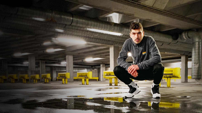 """""""Viele Jobs, viele Cops, das ist Bayern, Diggah"""": Rapper Jakob Herrmann aka Jaggy Jackpot hat sich mit einem neuen Videoclip zurückgemeldet."""