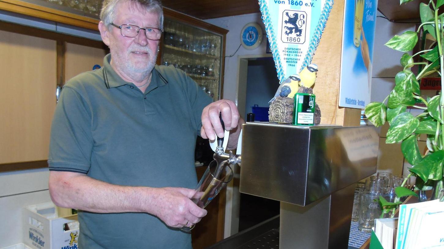 Über 22 Jahre stand Vereinsikone Peter Neumeyer als Sportheim-Wirt des TSV Berching an jener Theke, die mit dem Wimpel seines Lieblingsvereins geschmückt ist.