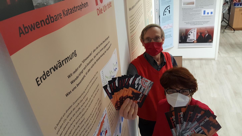 Birgitta Meier und Wolfgang Nick, ehrenamtliche Mitarbeiter des Nürnberger Friedensmuseums, präsentieren Flyer zur neuen Ausstellung