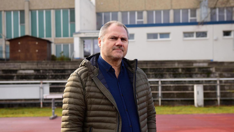 Stefan Conrads Blick verrät, dass er sich um den Zustand der TV-Hallen im Hintergrund sorgt. Nun plant der Vorstand einen Neubau für bis zu 30 Millionen Euro.