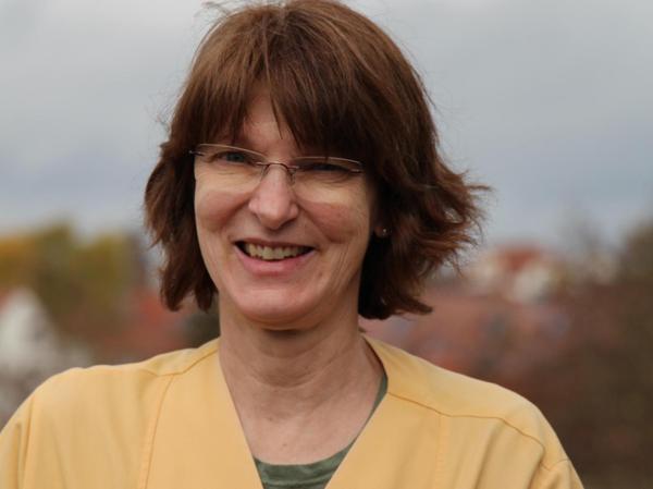 Dr. Andrea Neumann ist Funktionsoberärztin und hygienebeauftragte Ärztin der Abteilung für Anästhesie und Intensivmedizin am Klinikum. Die 58-Jährige hat in Würzburg Medizin studiert und nach ihrer Facharztausbildung 16 Jahre in einem Traumazentrum in Mecklenburg-Vorpommern gearbeitet. Seit 2012 ist sie im Klinikum Forchheim .