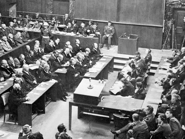 Kein Gerichtssaal der Welt wurde so oft gefilmt oder fotografiert wie der Saal 600 im Nürnberger Justizpalast: Dort schlug die Geburtsstunde des modernen Völkerstrafrechts.