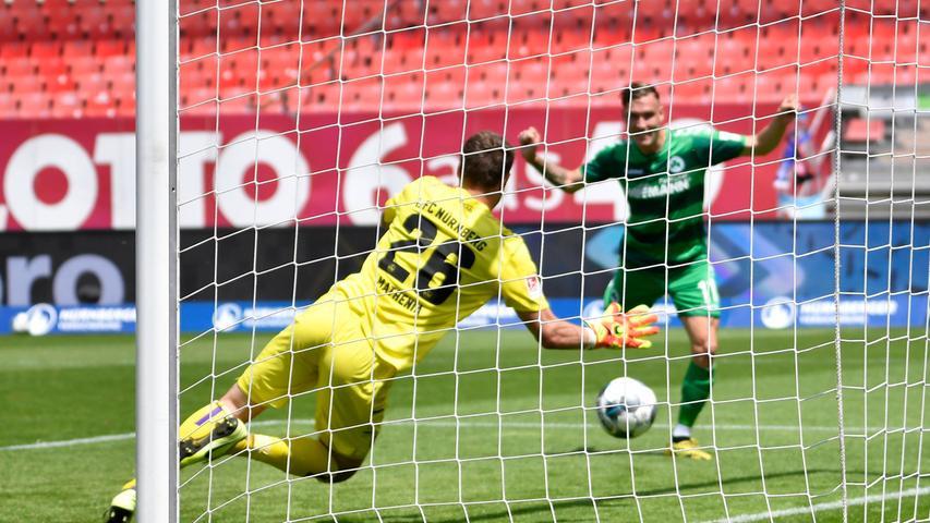 Das 266. Aufeinandertreffen war für den 1. FC Nürnberg die große Hoffnung, eine völlig verkorkste Saison mit einem Derbysieg vielleicht doch noch versönlich zu Ende zu bringen. Daran hatte das Kleeblatt jedoch keinerlei Interesse, besonders der gebürtige Nürnberger David Raum nicht.
