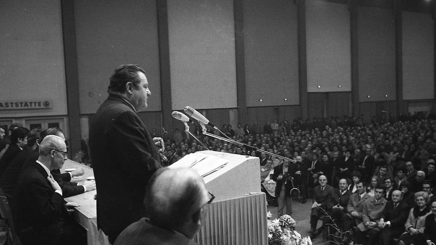 CSU brachte ihre Wahllokomotive in die Messehalle. Hier geht es zum Kalenderblatt vom18. November 1970: Strauß schlug auf die Pauke.