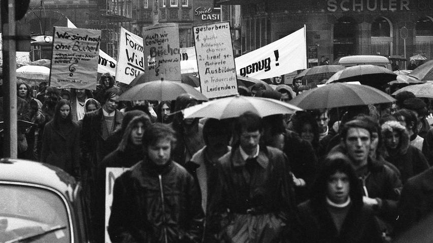 Fast 800 Schülerinnen und Schüler gingen gestern in Nürnberg auf die Straße. Sie demonstrierten gegen den Numerus clausus an den Universitäten und gegen die Zustände auf den Fachoberschulen. Hier geht's zum Kalenderblatt vom 20. November 1970: Schüler protestieren gegen Bildungspolitik.